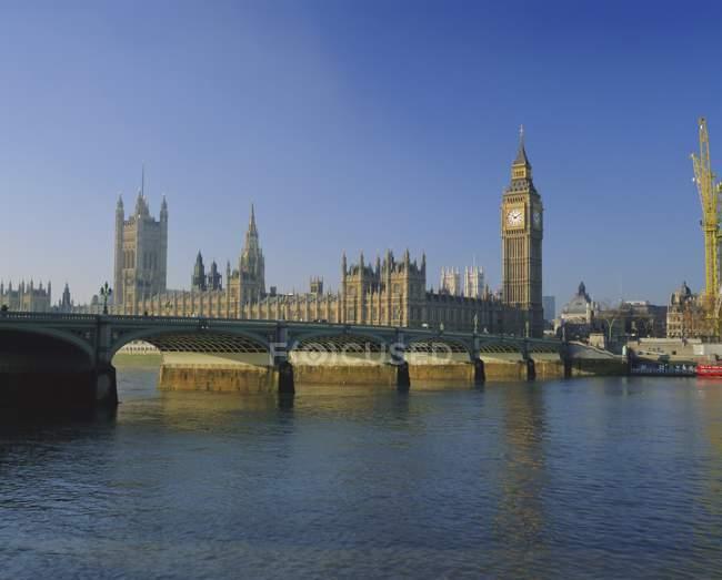 Вестминстерский мост и палаты парламента — стоковое фото