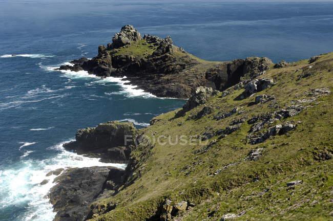 Скалистое побережье с скалы — стоковое фото