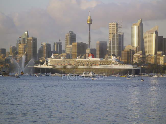 Queen Mary 2 dans le port de Sydney — Photo de stock
