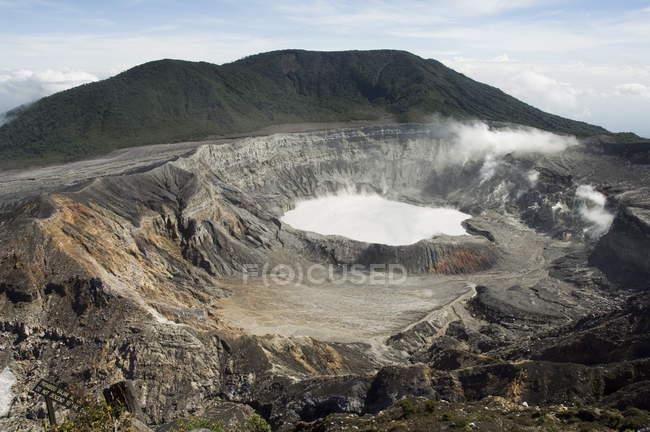 Observando a vista do vulcão Poas — Fotografia de Stock