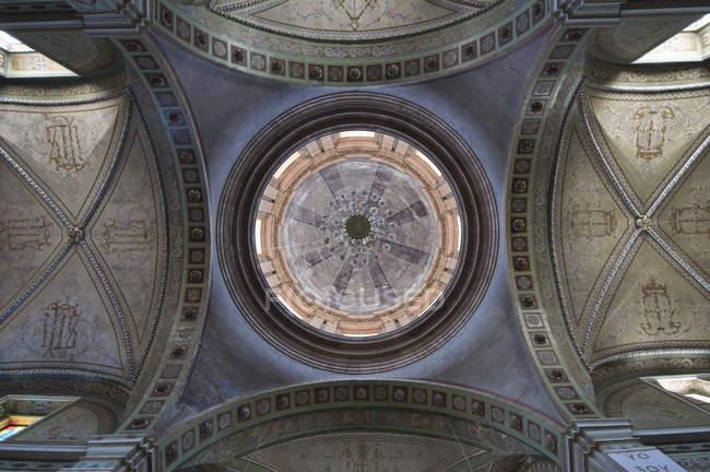 Купол всередині Церква Сан-Педро — стокове фото