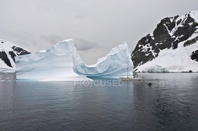 Iceberg et voilier — Photo de stock