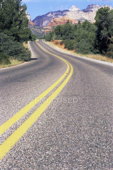 Вид на красной скалы и дороги — стоковое фото