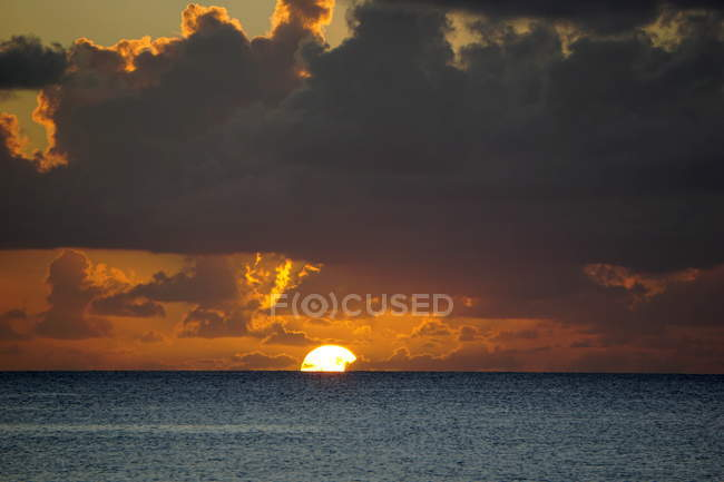 Pôr do sol, longe no mar, — Fotografia de Stock