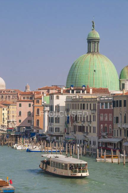 Vaporetto sur le Grand Canal et le dôme de l'église — Photo de stock