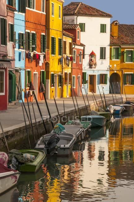 Façades de maison colorées le long du canal — Photo de stock