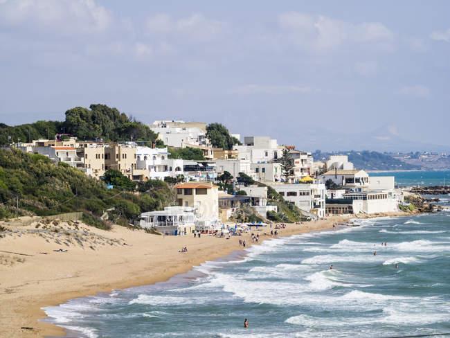 Strand und Stadt von Marinella di Selinunte — Stockfoto
