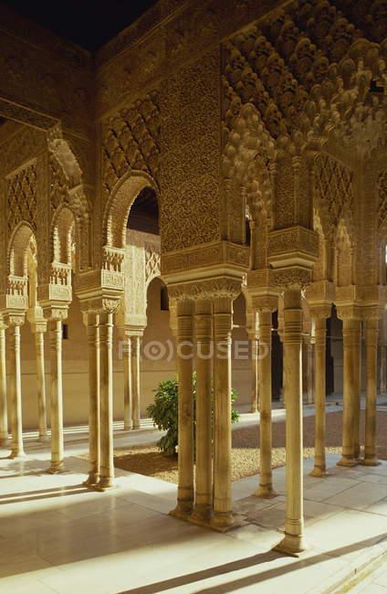 Corte dei leoni nel Palazzo di Alhambra a Granada — Foto stock
