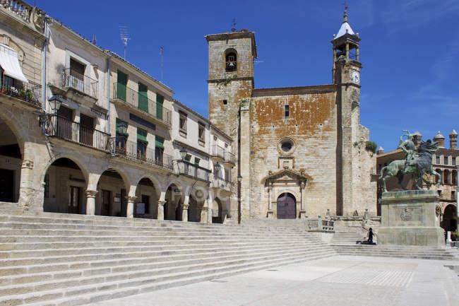 Пісарро статуї і Церква Сан-Мартін — стокове фото