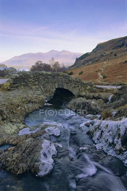 Ashness Brücke und gefrorenen beck — Stockfoto