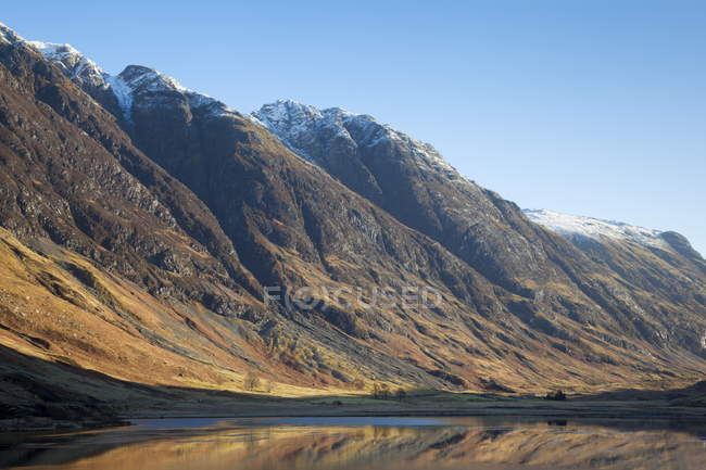 Looking up Glen Coe at Loch Achtriochtan — Stock Photo