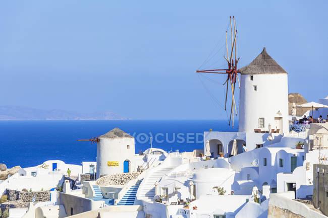 Windmühle und traditionelle Häuser — Stockfoto