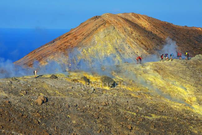 Люди, що йдуть через фумарол на вулкан Gran — стокове фото
