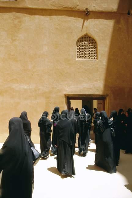 Frauen in Burkas in Jabrin — Stockfoto