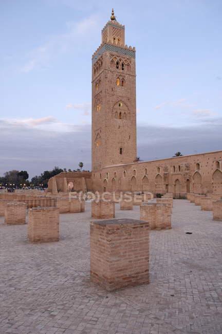 Minarete Koutoubia no pátio da Mesquita — Fotografia de Stock