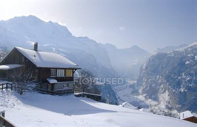 Prédios na encosta de montanha coberta de neve — Fotografia de Stock