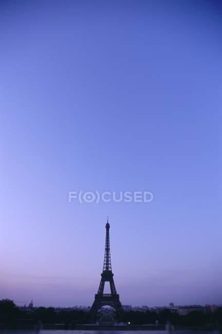 Eiffelturm in der Abenddämmerung — Stockfoto