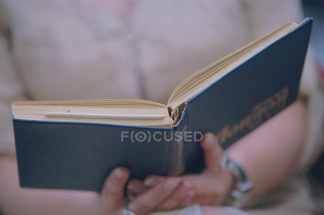 Mädchen liest buch — Stockfoto