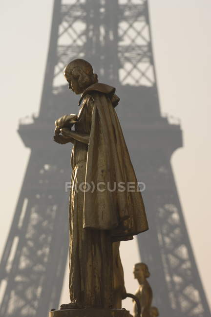 Statues at Trocadero with Eiffel tower — Stock Photo