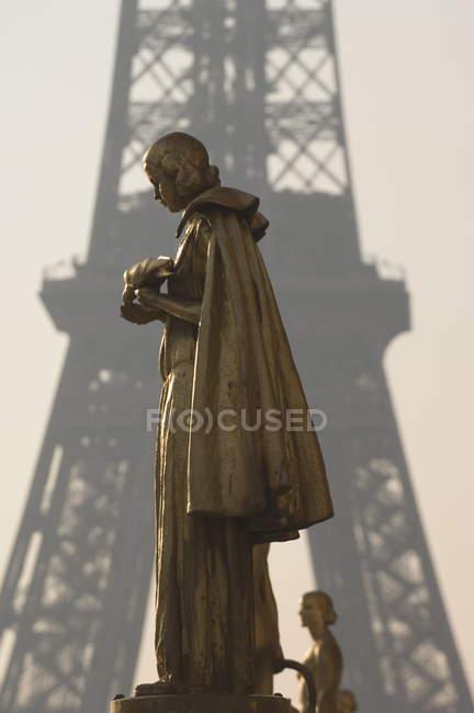 Statuen am Trocadero mit Eiffelturm — Stockfoto