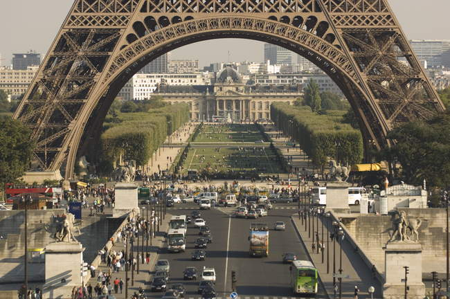Cars on road near Eiffel Tower — Stock Photo