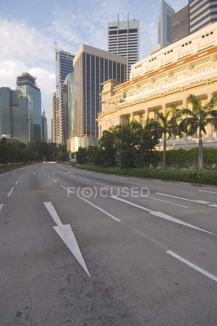 Сучасних будівель і стрілка в дорозі — стокове фото