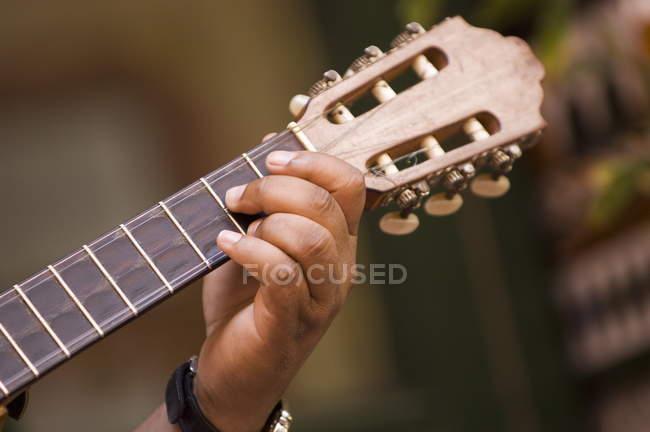 Mann an der Gitarre spielen — Stockfoto