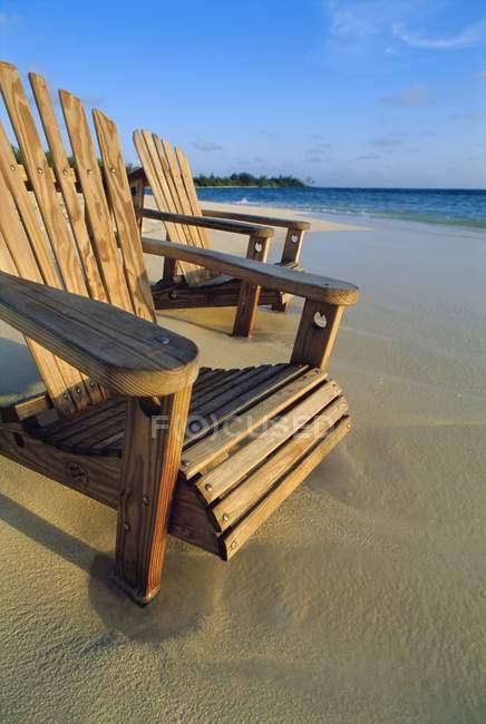 Стулья на песчаном пляже — стоковое фото