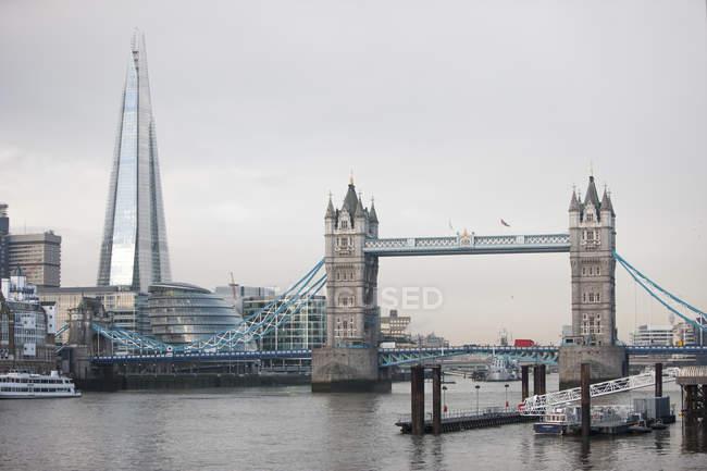 Osservando la vista del Tower Bridge — Foto stock