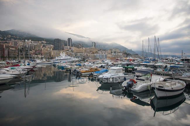 Barche e yacht nel porto — Foto stock