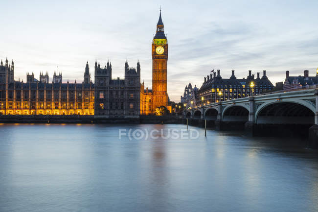 Палат парламента и Вестминстерский мост — стоковое фото