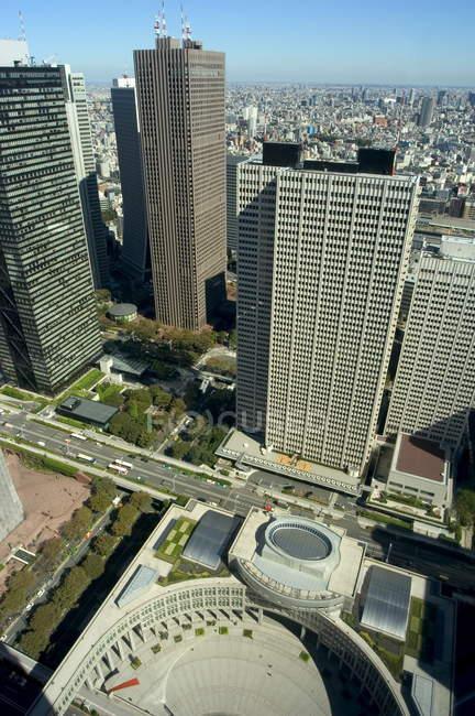 Toits de la ville et les bâtiments de gouvernement métropolitain — Photo de stock