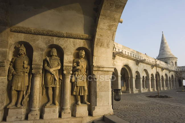 Stone statues in wall — Stock Photo