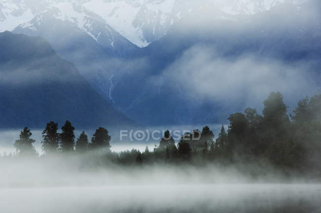 Lake Matheson dans la brume du petit matin — Photo de stock