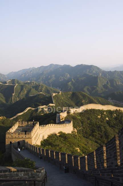 Великая китайская стена в осенних цветах — стоковое фото