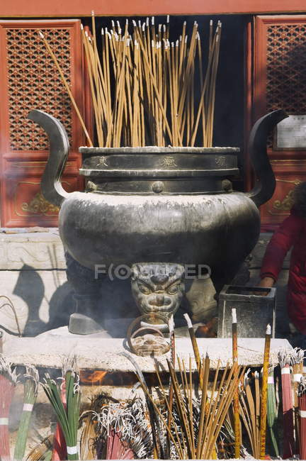 Incense burning at Taoist Donyue temple — Stock Photo