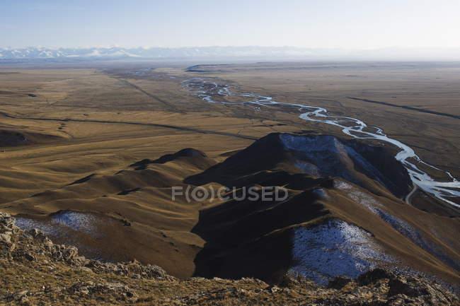 Гори і декорації річка в Bayanbulak — стокове фото