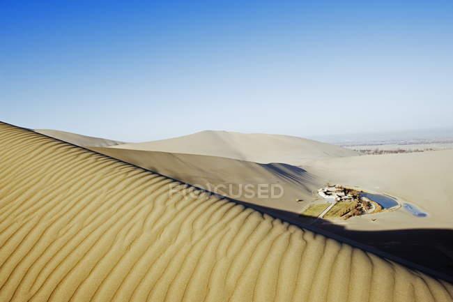 Мін Ша піщані дюни і павільйон — стокове фото