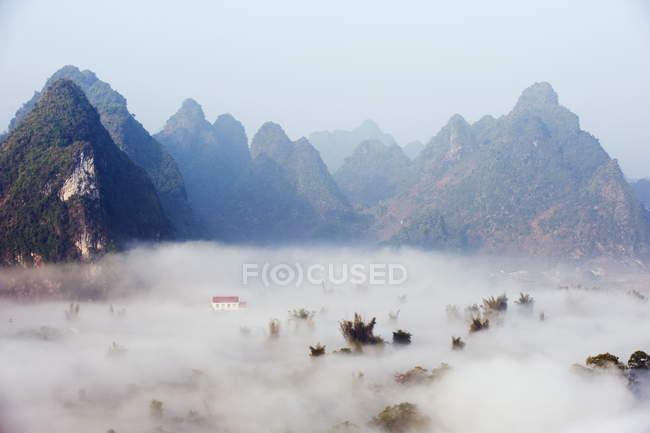 Névoa da manhã cobrindo vale nas Cataratas Detian — Fotografia de Stock