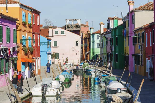 Maisons côté canal à Burano — Photo de stock