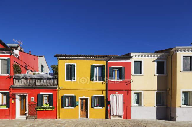 Multi les maisons colorées de Burano — Photo de stock