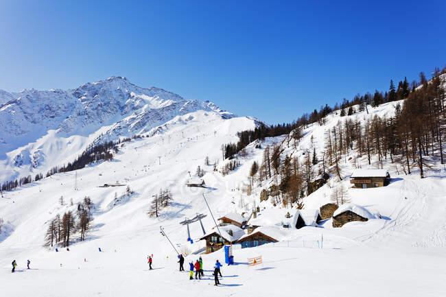 Observando a vista da estância de esqui de Courmayeur — Fotografia de Stock