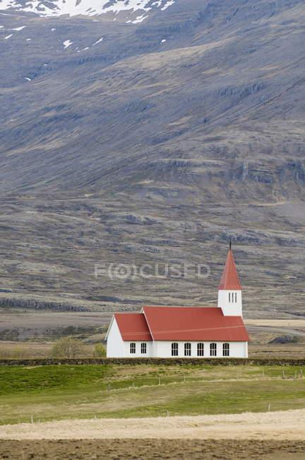Церковь возле горы Breiddalswik — стоковое фото