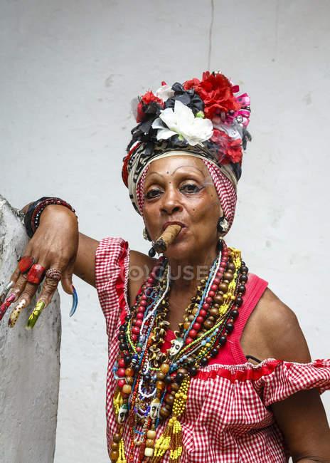 Frau Rauchen Zigarre, Alt-Havanna — Stockfoto