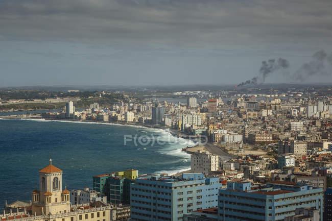 Erhöhten Blick über Stadt und Uferpromenade Malecon — Stockfoto