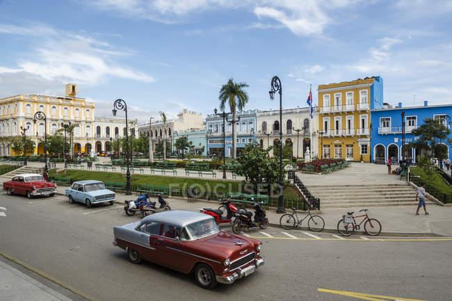 Автомобили на дороге в Кубе — стоковое фото