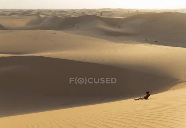 Hombre en el desierto de la arena - foto de stock