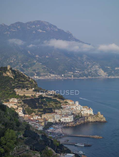 Ansicht der Stadt an der Küste zu beobachten — Stockfoto