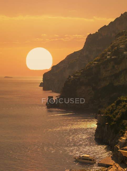 Blick auf Sonne am Horizont zu beobachten — Stockfoto