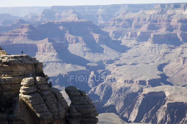 Mulher olhando sobre Grand Canyon — Fotografia de Stock